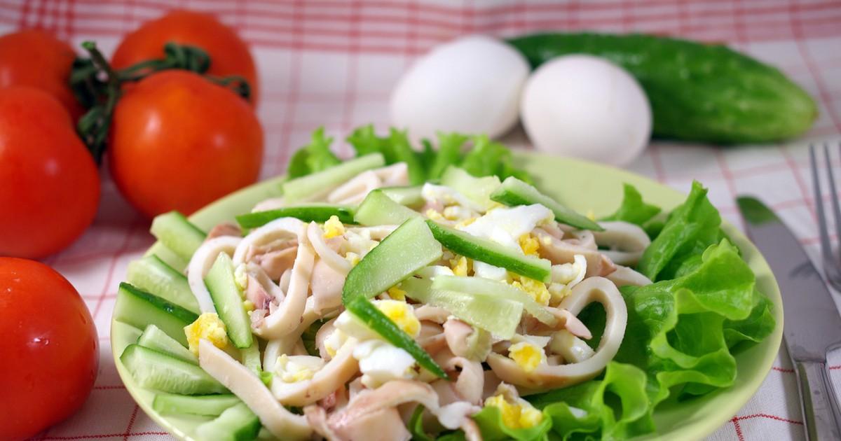 Фото Простой и вкусный салат из кальмаров и яиц