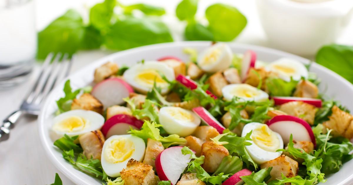 Фото Салат с редисом, курицей и перепелиными яйцами