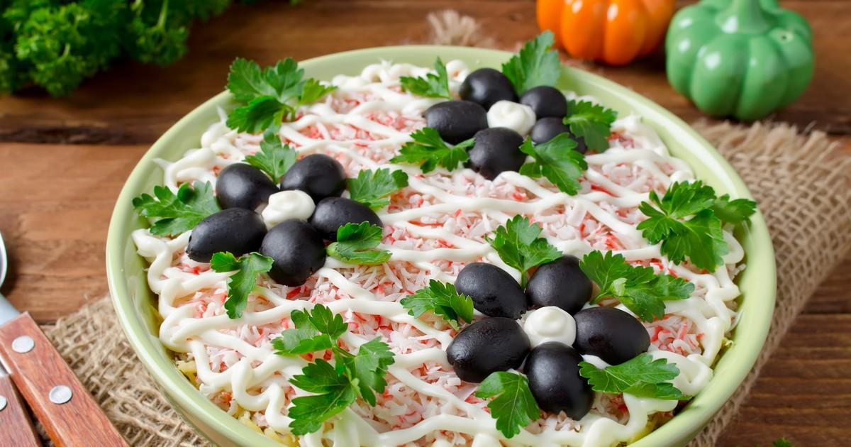 Фото Салат из крабовых палочек с черносливом