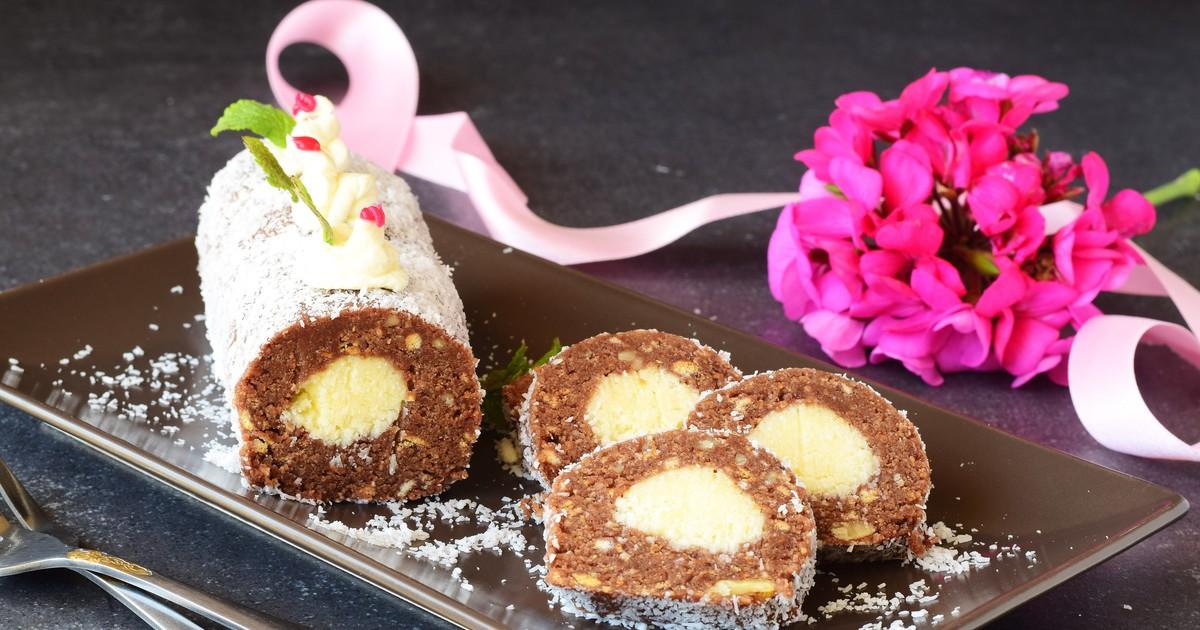 Фото Рулет из печенья с кокосовой стружкой без выпечки