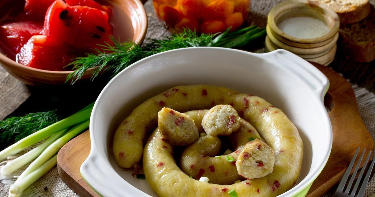 Фото Горяченькая, сочная, ароматная картофельная колбаса с хрустящей корочкой – аппетитное блюдо, которое съедается быстрее, чем мясные закуски. Такую колбаску можно приготовить в большом количестве в виде полуфабриката и хранить в морозилке. Быстро на и