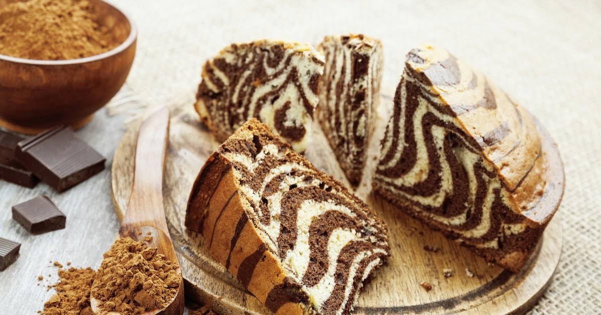 """Фото Пирог """"Зебра"""" - это невероятно вкусный полосатый десерт с причудливым и оригинальным названием. Он получается пышным, нежным и красивым. Ваша семья точно оценит ваши старания, а пирог вмиг разлетится со стола до последнего кусочка."""