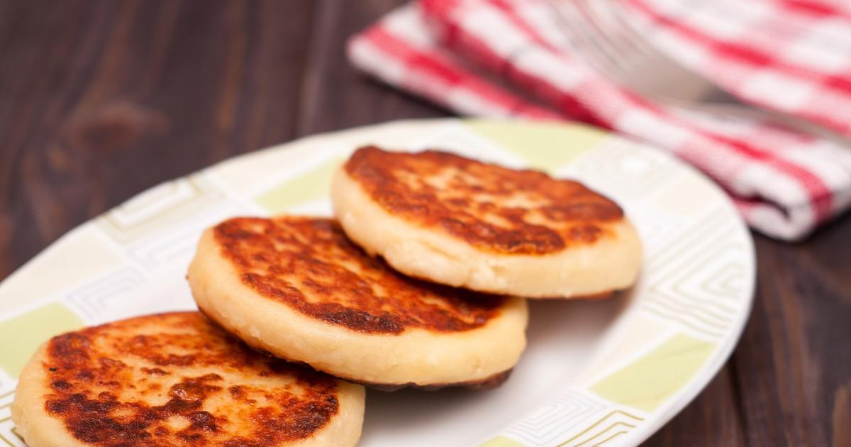 Фото Сырники - это не только очень вкусное лакомство, но еще и полезное. Приготовленные по этому рецепту, они получаются очень вкусными, пышными, ароматными и румяными. Порадуйте вашу семью вкусным и сытным завтраком.