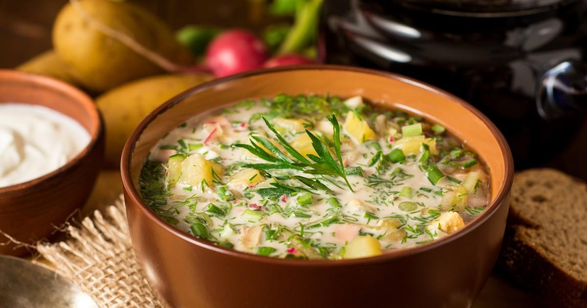 Фото Окрошку по праву можно считать весенним блюдом. Как только появляются на прилавках первые весенние овощи, сразу же хочется приготовить из них что-то освежающее и вкусное. Домашняя окрошка на квасе и является именно таким блюдом. Ловите рецепт!