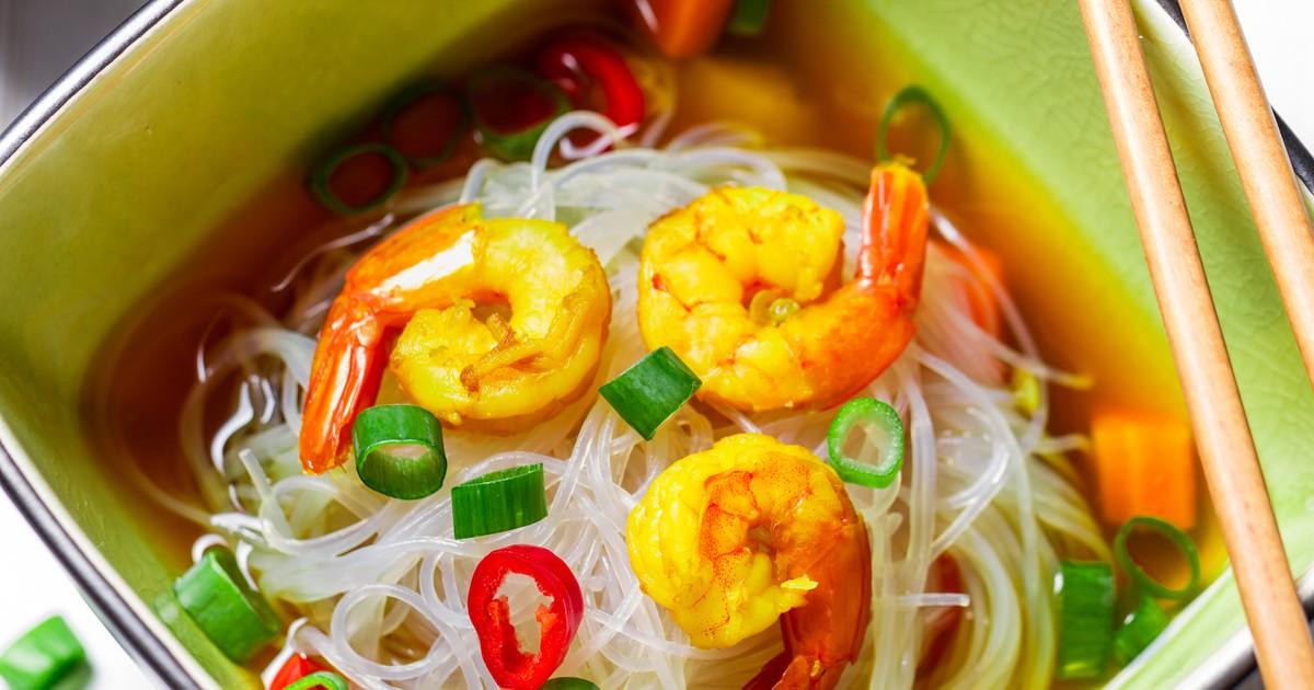 Фото Китайский суп с рисовой лапшой и креветками