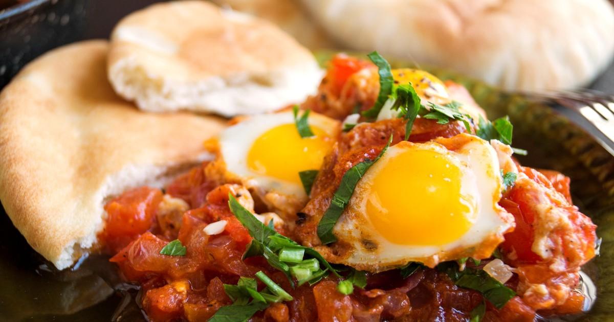 Фото Шакшука - это не просто яичница. Это невероятно вкусный завтрак из яиц, свежих овощей и томатов в собственном соку. С нашим рецептом вы приготовите именно такой завтрак, который понравится всей семье. Начни свое утро правильно!