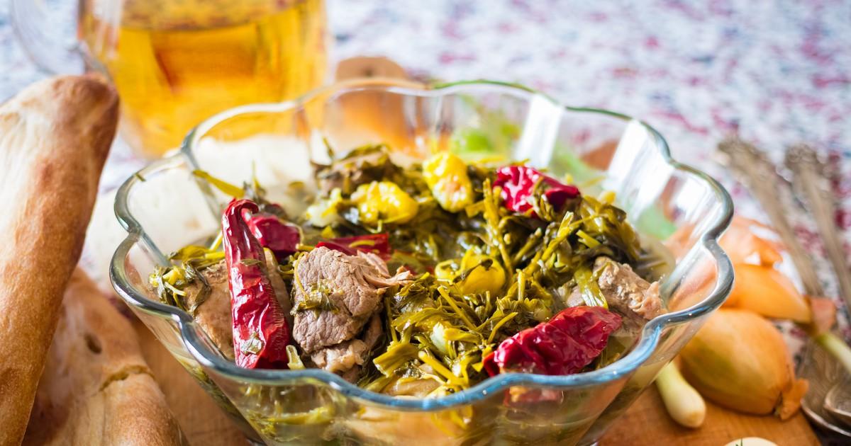 Фото Чакапули – одно из вкуснейших блюд грузинской кухни, которое готовится из мяса, в идеале – мяса молодого ягненка, сухого белого вина, диких зелёных слив (ткемали) и большого количества всевозможной зелени. Это блюдо – что-то среднее между очень и в