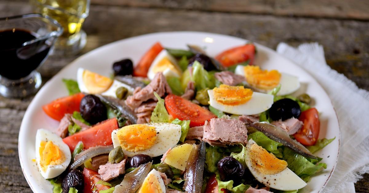 Фото Знаменитый салат прованской кухни изначально состоял только из помидоров, чеснока, маслин и анчоусов. Сейчас существует бесконечное множество вариантов приготовления, а о классическом рецепте до сих пор спорят повара всего мира. Мы подготовили те и