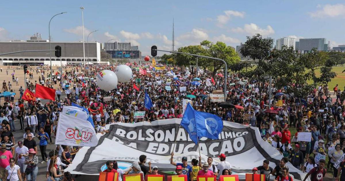 Photo of Los estudiantes prenden la llama de la protesta contra Bolsonaro