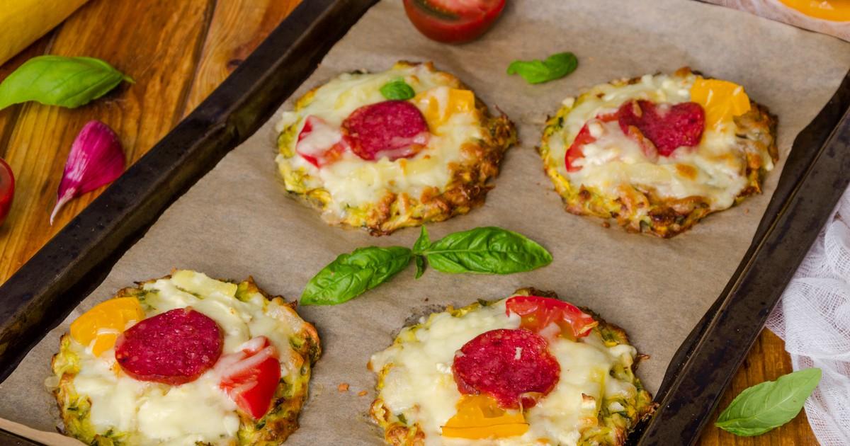 Фото Мини-пиццы из кабачка с сыром и колбасой