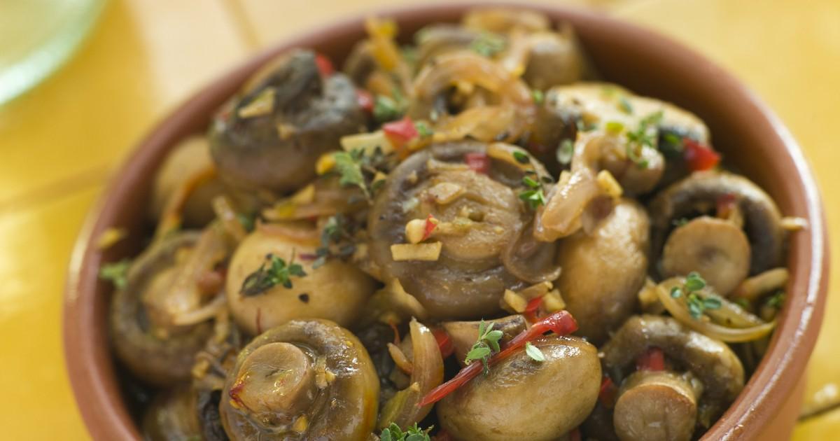 Фото Маринованные грибочки станут отличной закуской для любого стола. Шампиньоны, приготовленные по этому рецепту, точно вам понравятся. Они получаются очень вкусными, пряными и ароматными.
