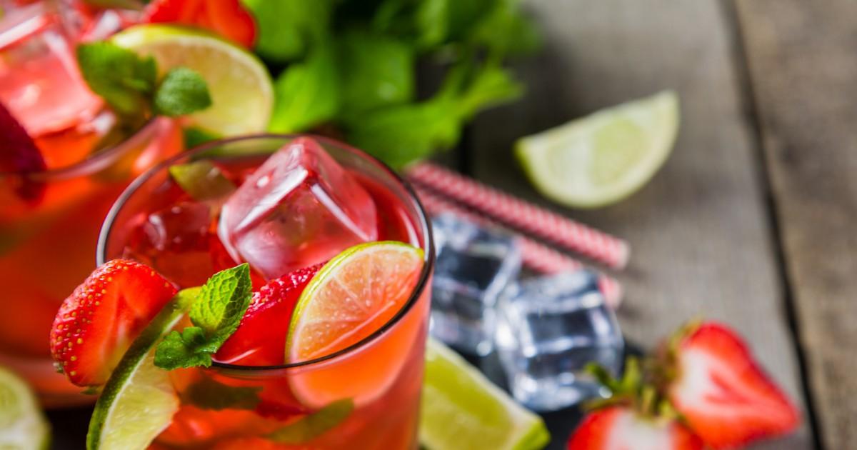 Фото Этот замечательный напиток готовится буквально за считанные минуты, при этом удивляет приятным вкусом с легкой кислинкой и насыщенным клубничным ароматом. Мохито может быть как алкогольным, так и безалкогольным, поэтому по желанию можно исключить из