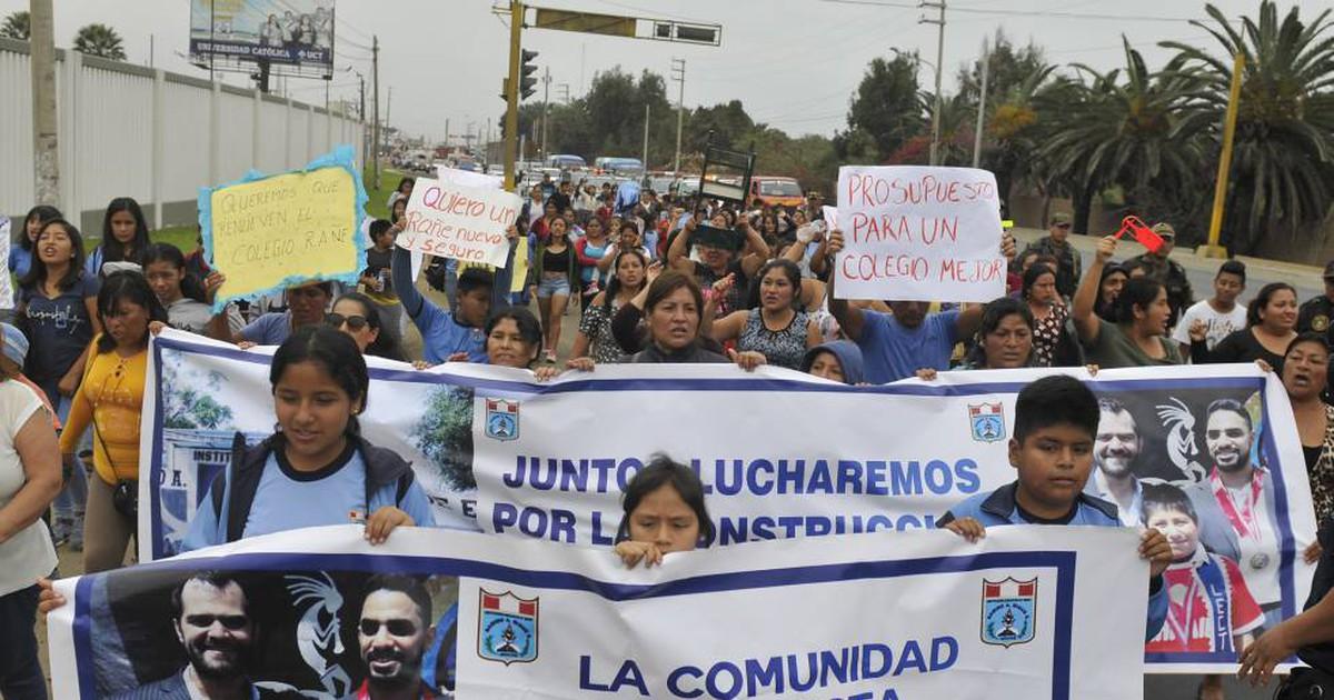 Photo of La ayuda de un millonario a un niño que estudiaba bajo una farola desnuda la precariedad en escuelas peruanas