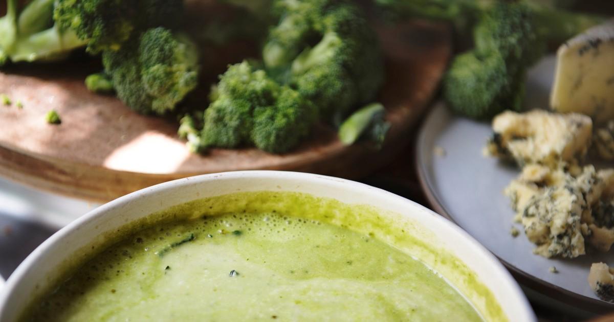 Фото Аппетитный крем-суп с брокколи и голубым сыром