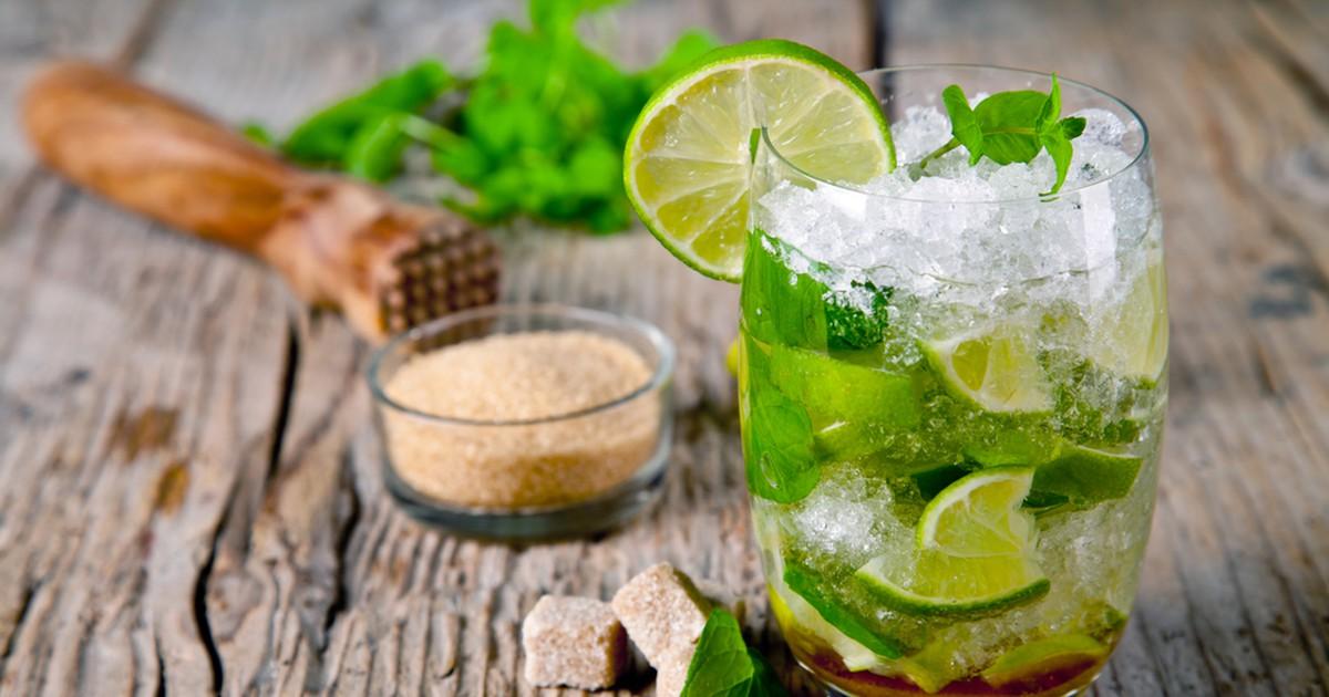 Фото Мохито – один из самых популярных коктейлей, который нравится многим.Напиток хорош тем, что легко готовится в домашних условиях. Мохито может быть как алкогольным, так и безалкогольным, поэтому по желанию можно исключить из его состава ром.