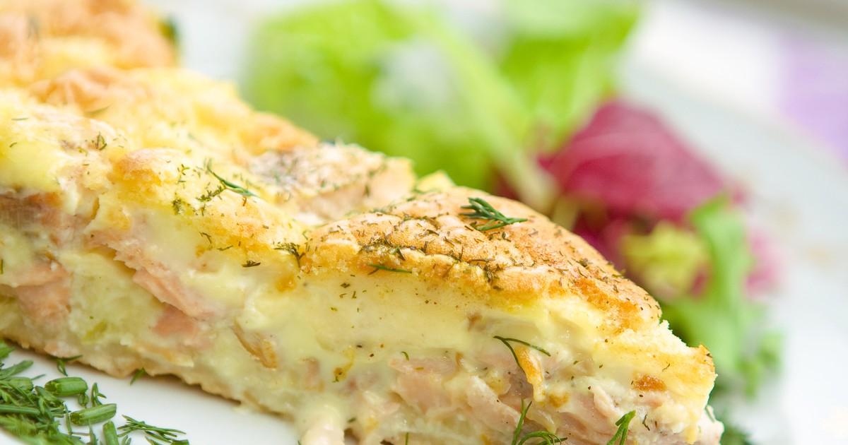 Фото Рыба - это очень полезный продукт. А пирог с рыбой, помимо пользы, еще и невероятно вкусный. С помощью нашего рецепта вы быстро справитесь с приготовлением и у вас будет готов восхитительный ужин.