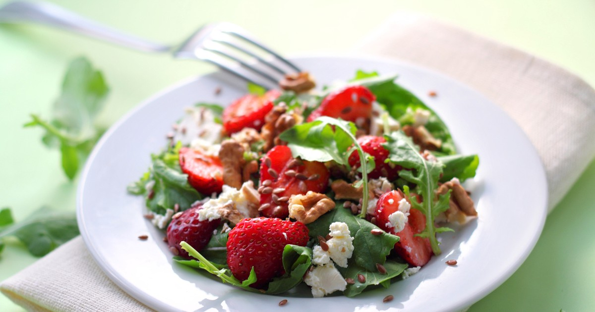 Фото Летний салат с клубникой и козьим сыром