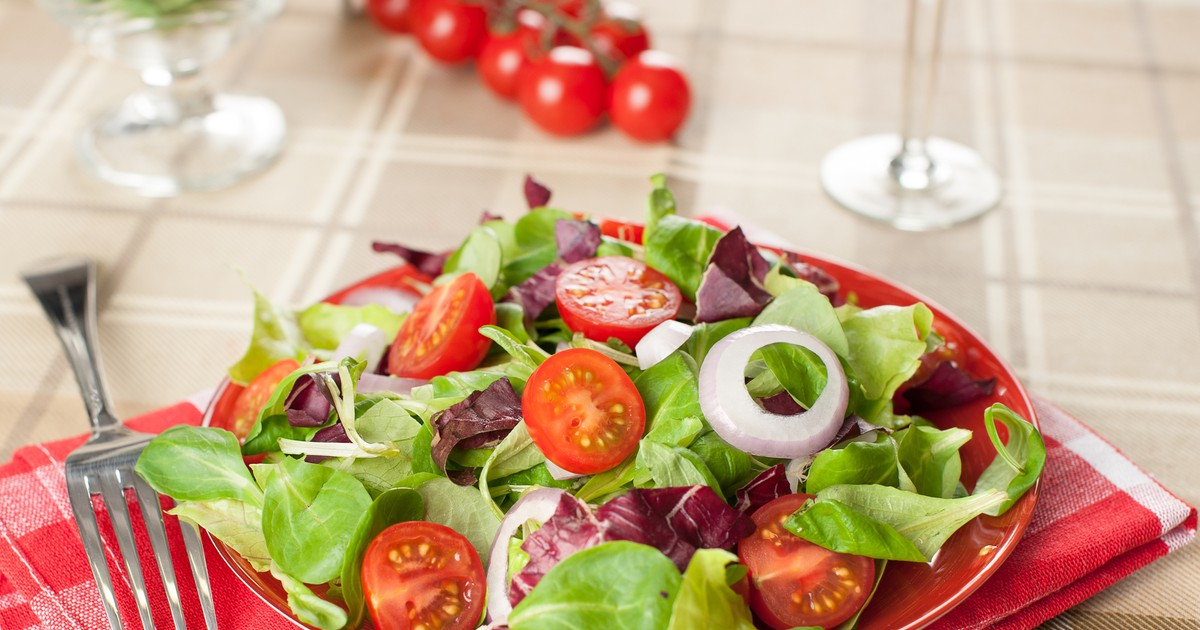 Фото В летнюю жару всегда хочется чего-нибудь легкого и свежего. Предлагаем вам попробовать овощной салат по этому рецепту. Салат получается очень легким, сытным и вкусным. Вам точно понравится.
