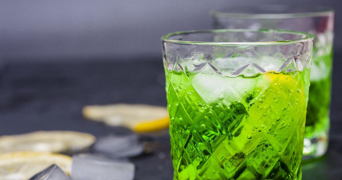 Фото Наверняка все знают легендарный напиток родом из детства - Тархун. Сегодня мы подготовили для вас рецепт его приготовления в домашних условиях. Он точно будет намного вкусней и полезней, чем магазинный аналог. Давайте попробуем вместе.