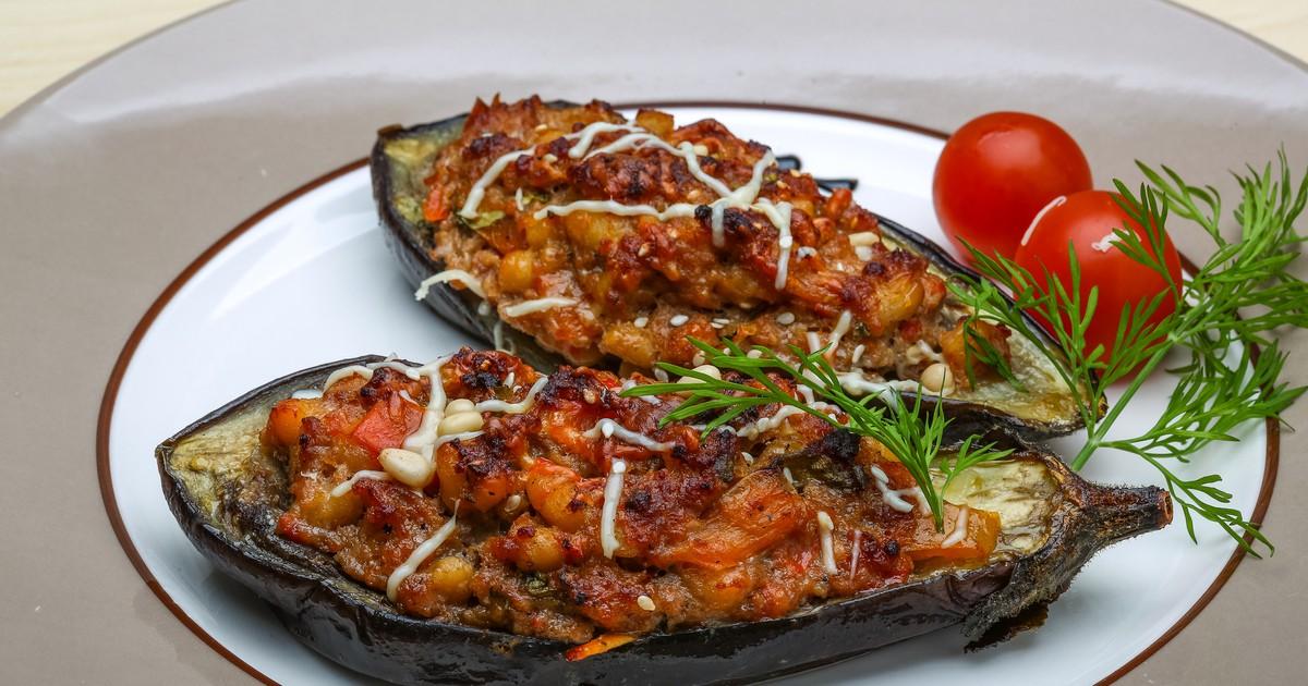 Фото Рецепт фаршированных баклажанов - это рецепт на скорую руку. Но от этого баклажаны менее вкусными не становятся. Начинка получается очень сочной, ароматной и аппетитной.