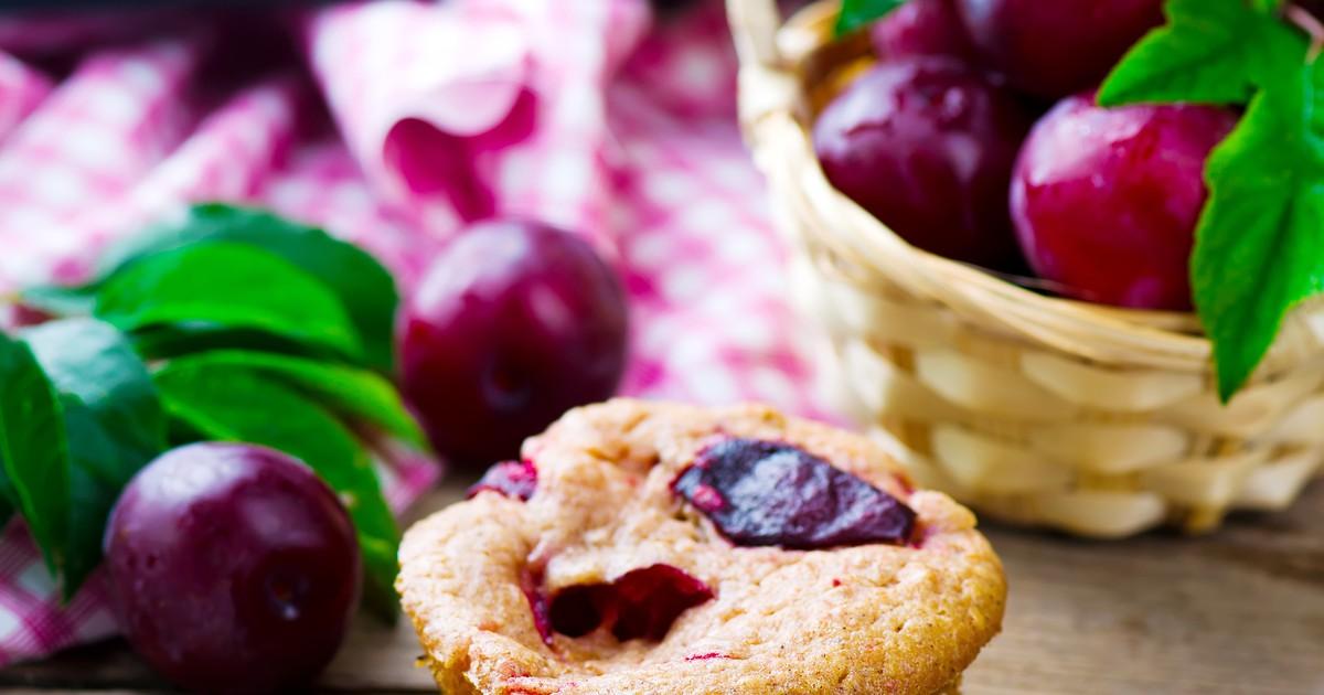 Фото Восхитительные сливовые кексы! По нашему рецепту они получаются такими же вкусными, как в детстве в гостях у бабушки. У кексов будет нежное тесто, приятная сливовая начинка и легкая кислинка.