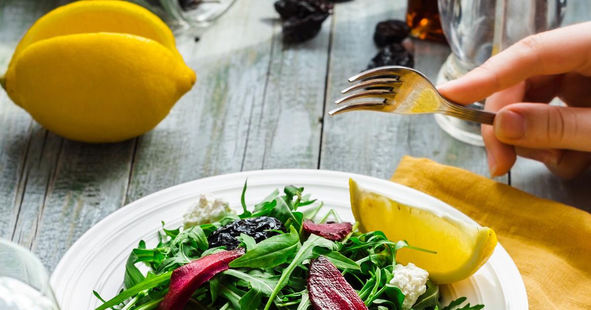 Фото Салат с рукколой, свеклой, козьим сыром и черносливом