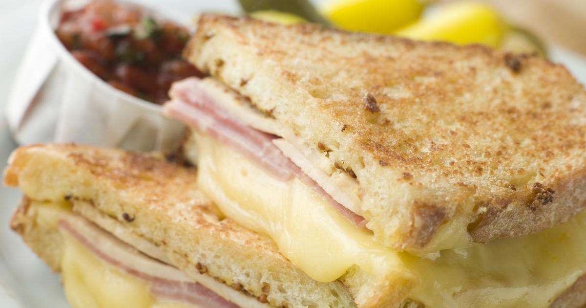Фото Хрустящий сэндвич с ветчиной и сыром