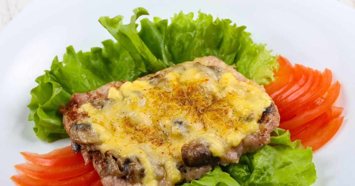 Фото Свиная отбивная с грибами и сыром