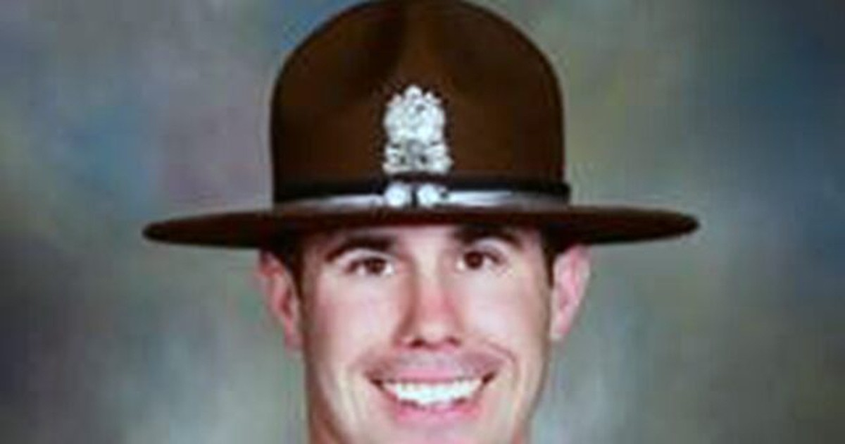 Photo of Illinois state trooper dies after being shot while serving warrant