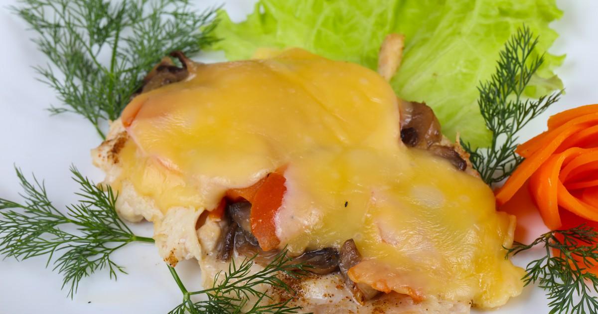 Фото Куриные отбивные с грибами и помидорами под сыром