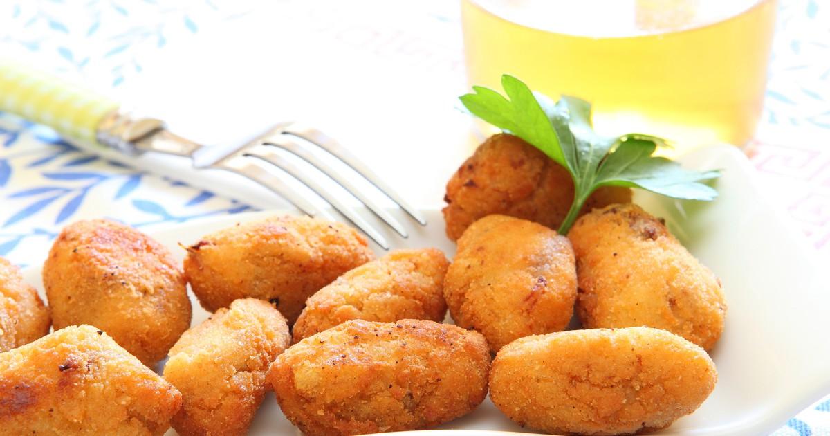 Фото Крокеты - это очень вкусная закуска, которую просто обожают испанцы, хотя впервые это блюдо начали готовить во Франции. Продолговатые шарики получаются невероятно сочными, очень нежными внутри и с хрустящей корочкой снаружи. А сочетание крокетов, и
