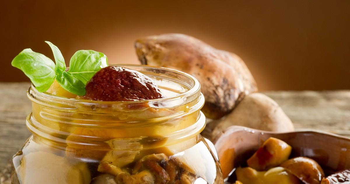 Фото Грибной сезон в самом разгаре. Чтобы подольше наслаждаться блюдами из грибов, нужно сделать запасы на зиму. Мы подготовили для вас отличный рецепт маринованных грибов. Они получаются невероятно вкусными, с приятной кислинкой и неповторимым ароматом.