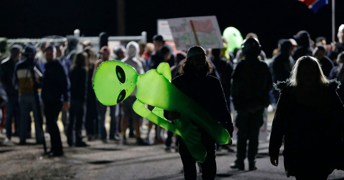 Photo of Videos from 'Storm Area 51' show a bunch of stupid people doing very little actual storming