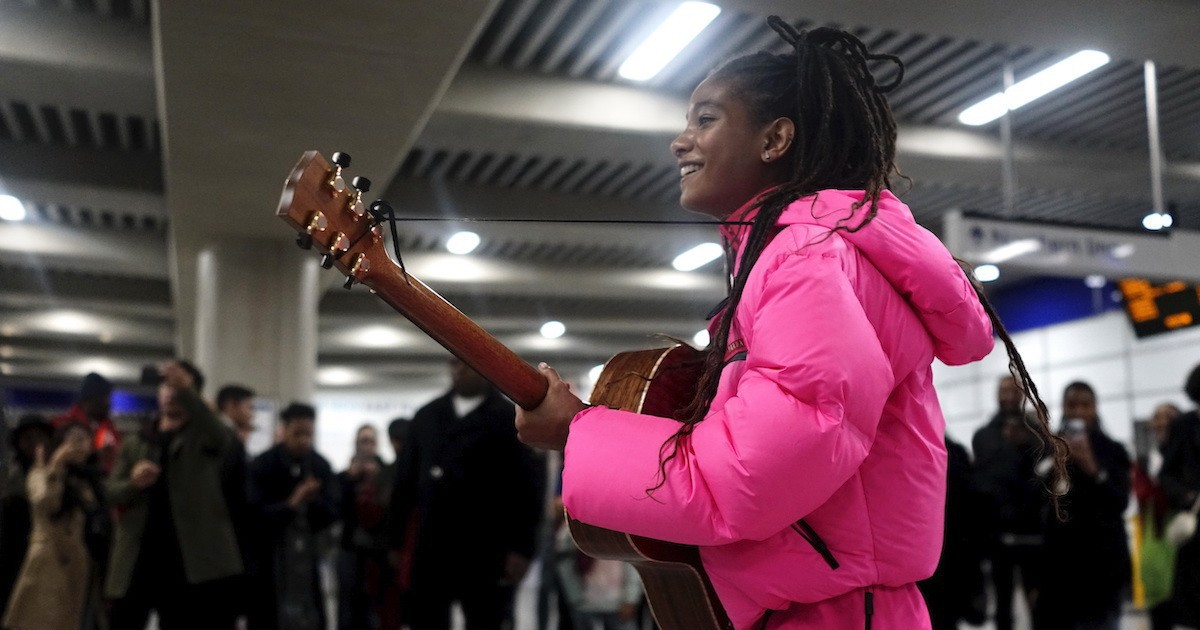 Photo of Willow Smith Busks in London Underground to Launch Prada Linea Rossa FW19