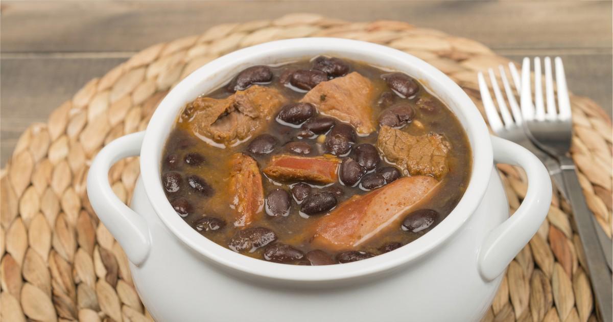 Фото Фейжоада - это невероятно вкусное блюдо бразильской кухни. Если вы хотите удивить домочадцев, тогда этот рецепт точно для вас. Сегодня мы хотим предложить один из вариантов приготовления такого кушанья. Обилие мяса, копченых колбасок, сосисок и с Вы