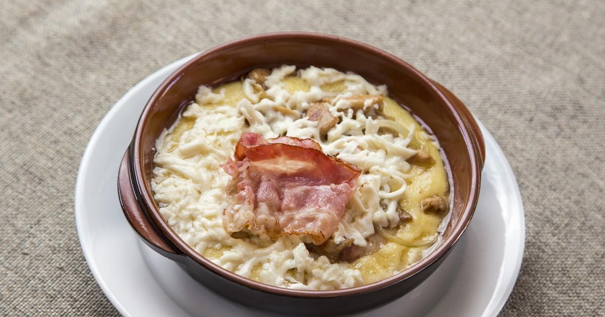 Фото Гуцульская кухня славится своей оригинальностью и яркими вкусами. Предлагаем вам приготовить колоритный гуцульский банош, который умеет делать каждая хозяйка в Карпатах. Готовится это яство из кукурузной крупы, сливок или сметане. Получается вкусно,