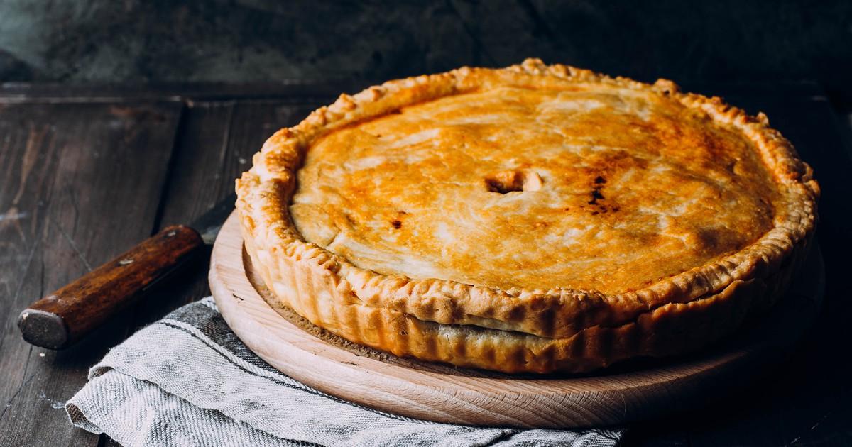 Фото Что может быть вкуснее сочного мясного пирога на ужин? Тесто получится мягким и вкусным, а в сочетании с идеальной начинкой из куриного филе, грибов и сыра, блюдо сможет подарить божественное удовольствие даже взыскательному гурману.