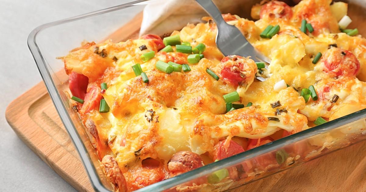 Фото Запеченный картофель с сосисками под сыром
