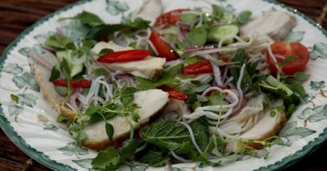 Тайский салат с курицей и рисовой лапшой