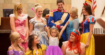 Весь зал суда переоделся в костюмы диснеевских героев, чтобы поддержать 5-летнюю девочку