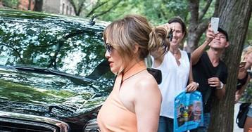 Очень большой разрез на платье Дженнифер Лопес позволил всем увидеть ее трусы