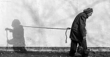 Сын фотографирует страдающую старческим слабоумием мать, чтобы помочь ей