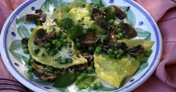 Меццелуне с молодым зеленым горошком и грибами