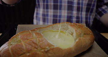 Фондю в чесночном хлебе на скорую руку: видео рецепт и пошаговые фото