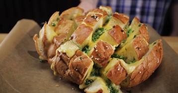 """Хлеб """"Сырная бомба"""": видео рецепт и пошаговые фото"""