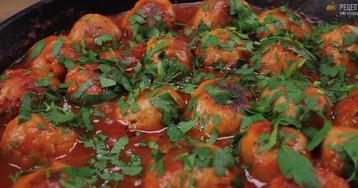 Буллет - мясные тефтели в томатном соусе с зеленью и чесноком