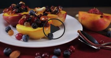 Запеченный нектарин с лесными ягодами и орехами