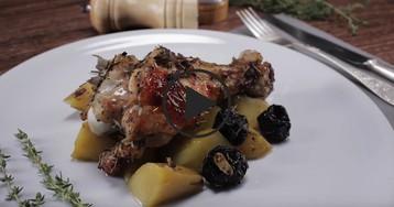Индейка, запеченная с картофелем и черносливом: видео-рецепт