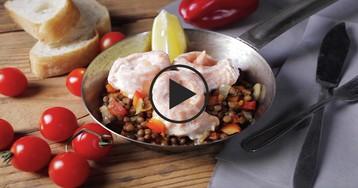 Лосось с чечевицей и овощами: видео-рецепт