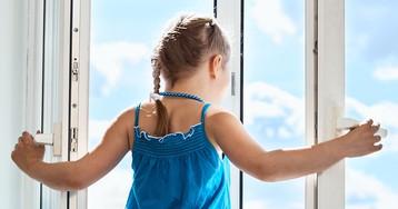 4-летняя девочка стояла на карнизе 3 этажа, готовясь к прыжку. Но тут мимо проходила бабушка